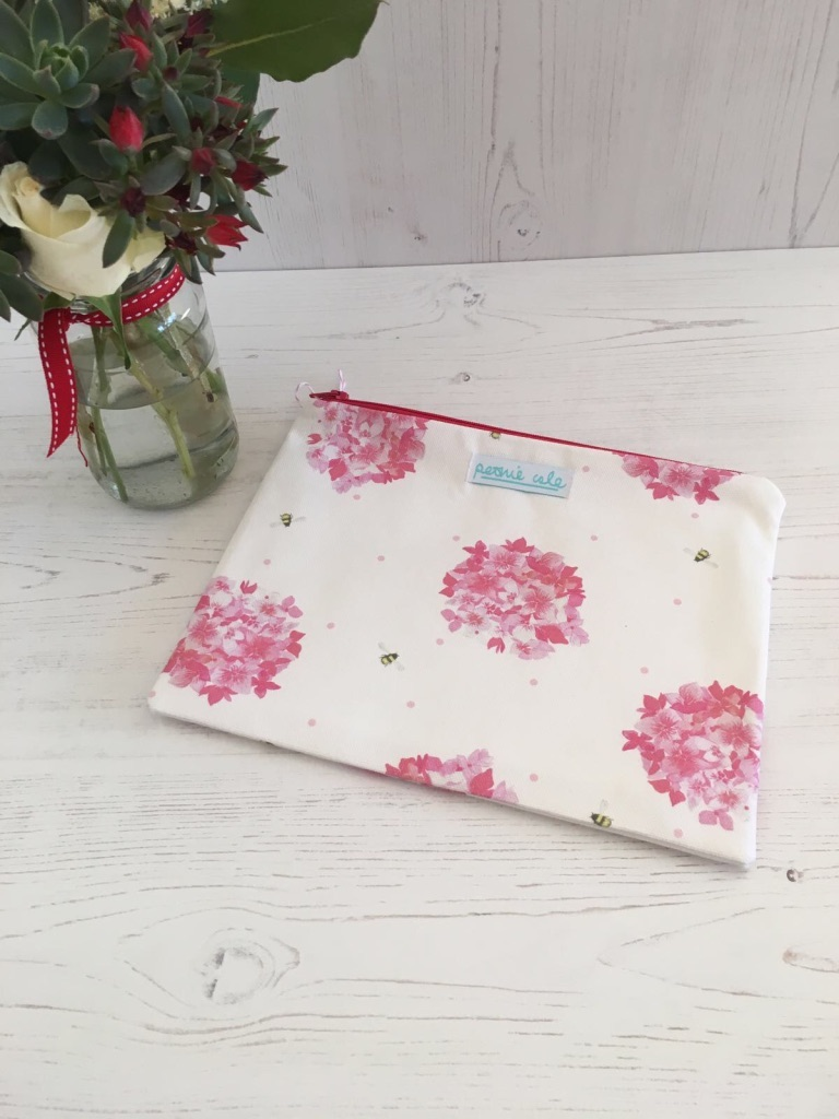 Peonie Cole Pink Hydrangea and Bee Pouch