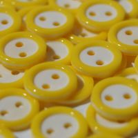 PACK OF 15 2 HOLE 10MM BUTTONS,  IN YELLOW AND WHITE.