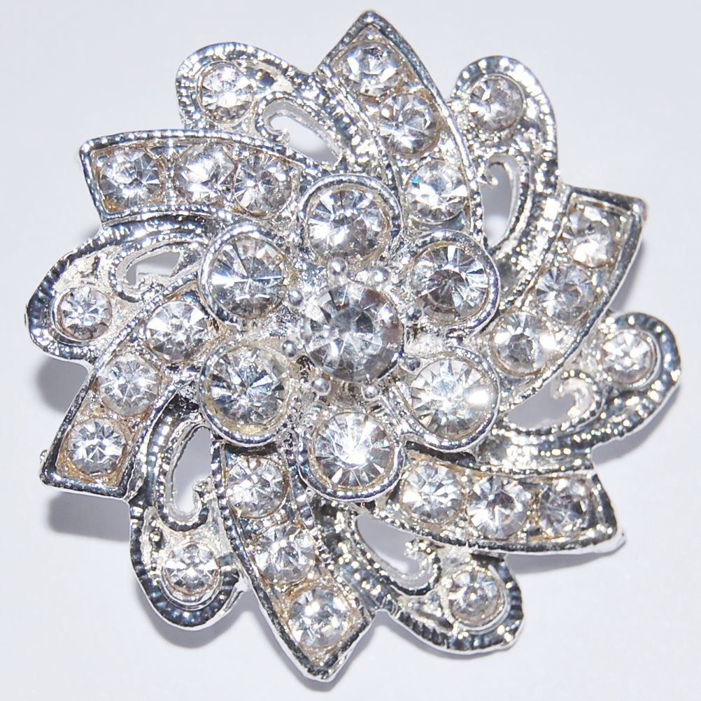 SILVER METAL AND JEWELLED RETRO STYLE BROOCH.
