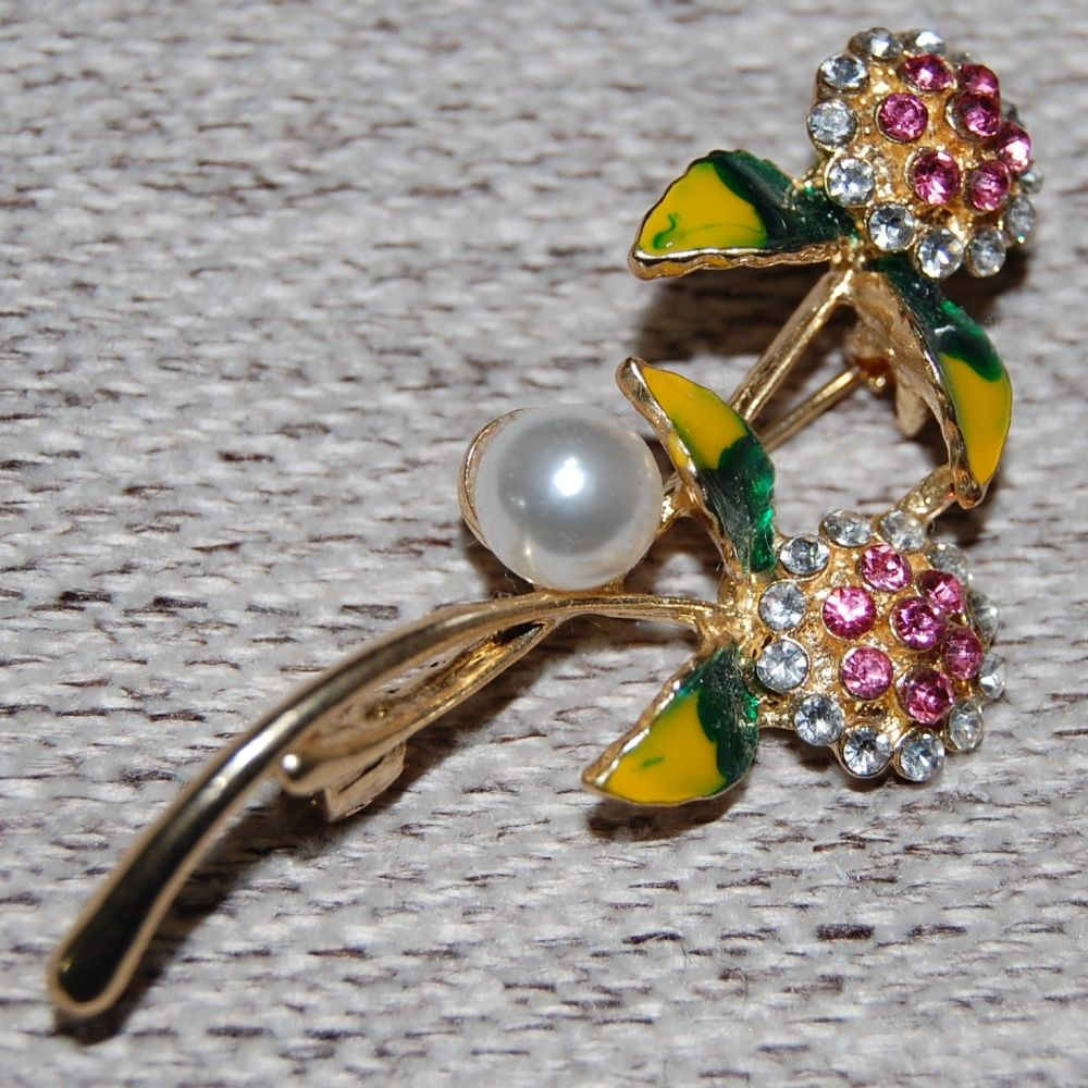 GOLD METAL AND ENAMEL PIN BROOCH.