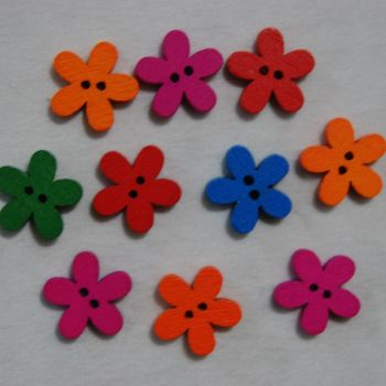 PACK OF 10 SMALL WOODEN FLOWER BUTTON EMBELLISHMENTS, 15MM X 15MM.