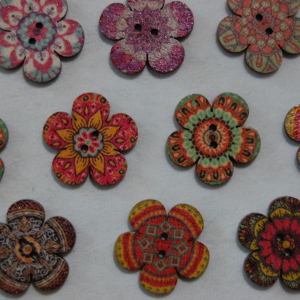 PACK OF 10 LARGE  WOODEN FLOWER BUTTON EMBELLISHMENTS, 26MM X 26MM.