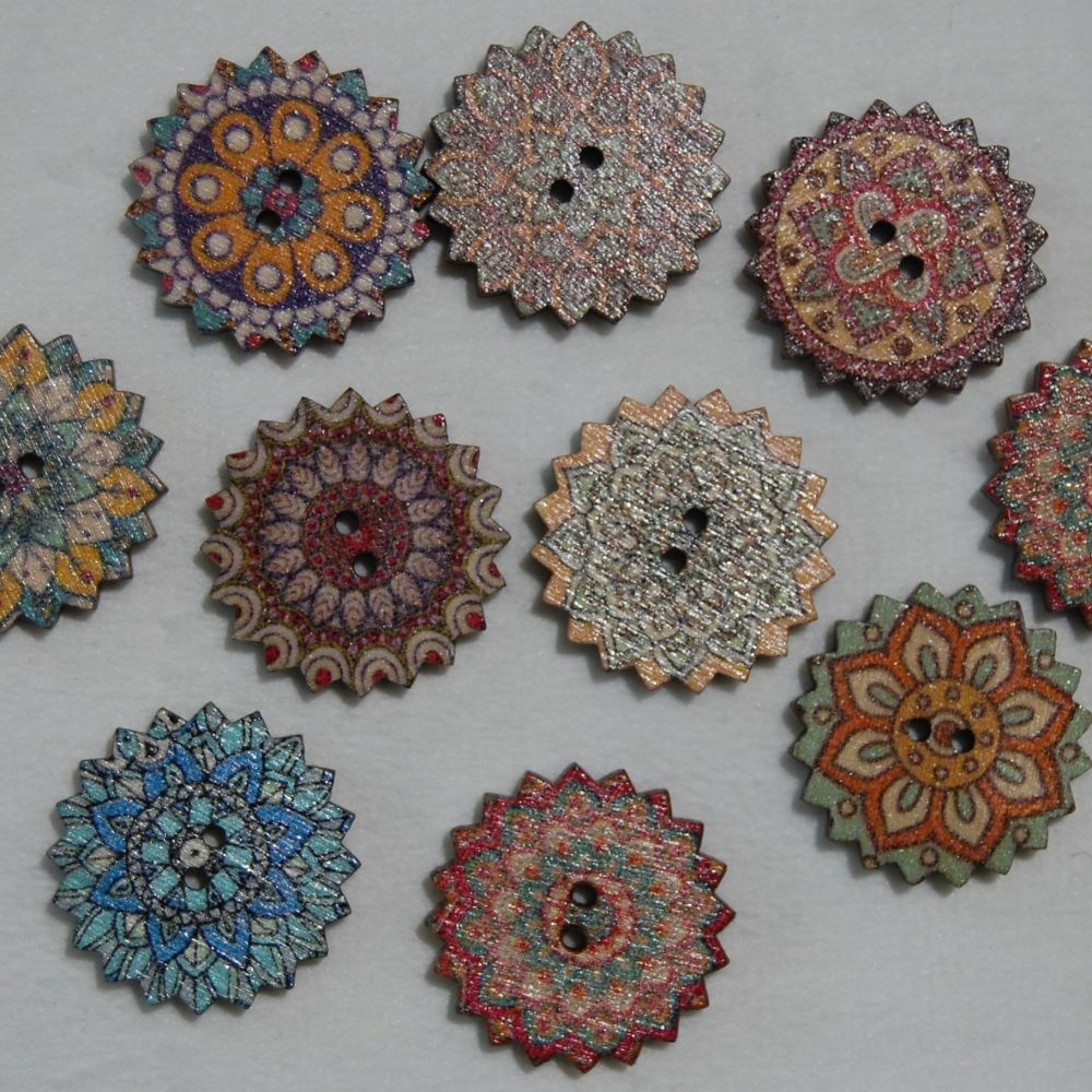 PACK OF 10 WOODEN FLOWER BUTTON EMBELLISHMENTS, 20MM X 20MM.