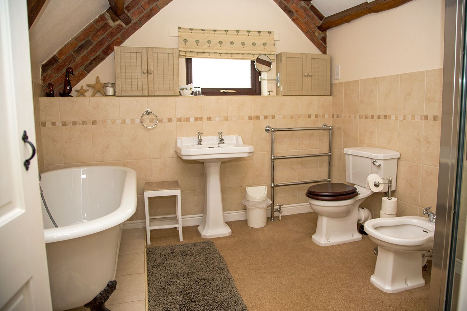 En suite bathroom at Old Hathern Station B&B