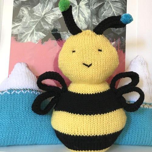 Gift Horse Kits: Bee Happy Cushion Knitting Kit