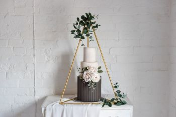 Triangle cake stand