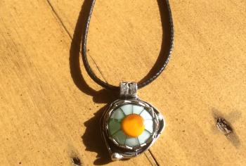 Daisy cabochon pendant necklace