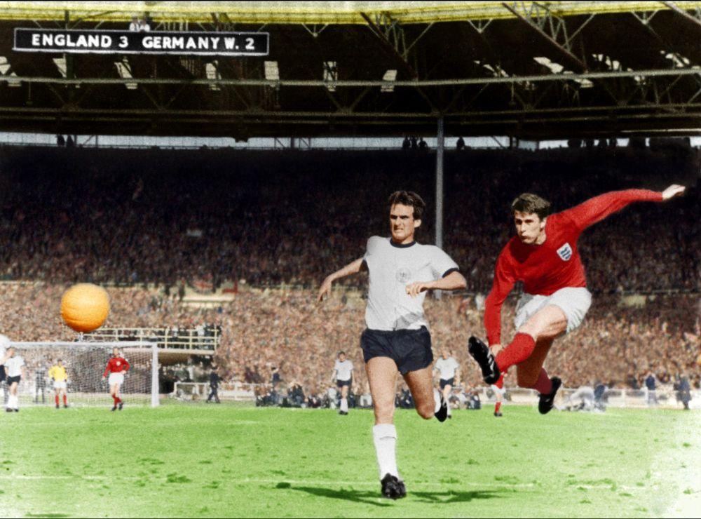 Geoff  Hurst England  Football 10x8 Signed  Photograph:  Sportsmania Autogr