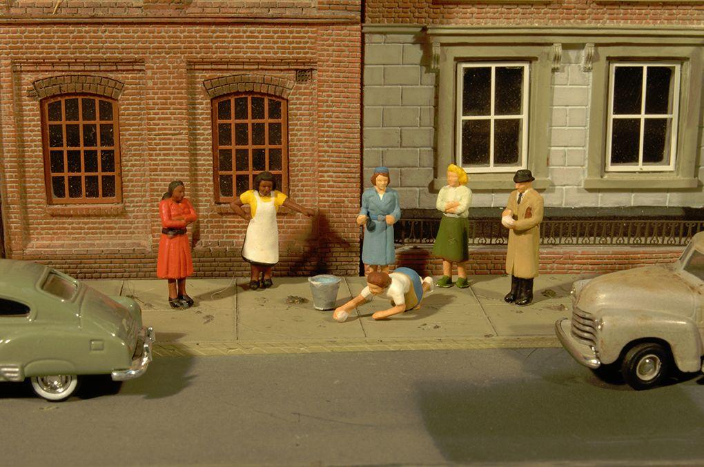 Sidewalk People - O Scale