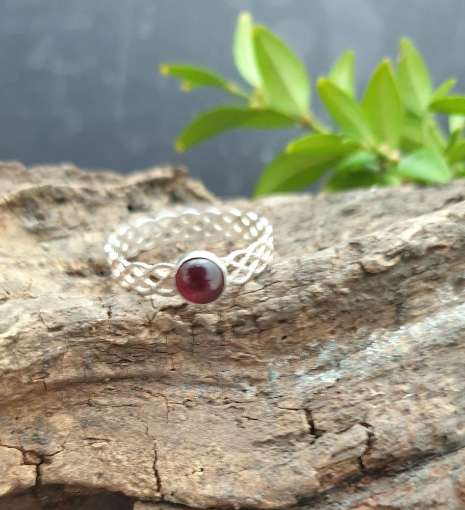 Garnet Filigree Ring - Size R