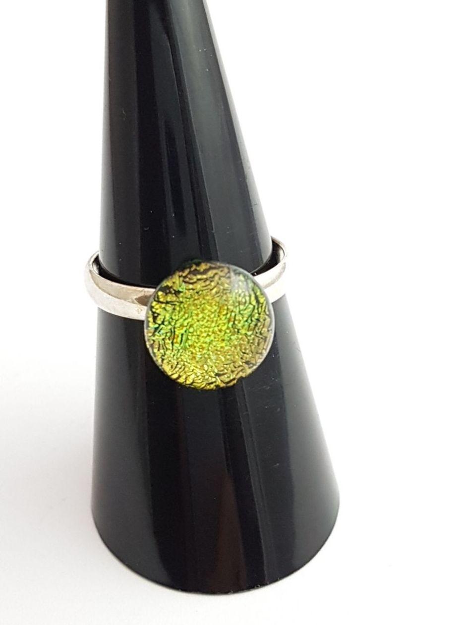 Gold/green dichroic ring