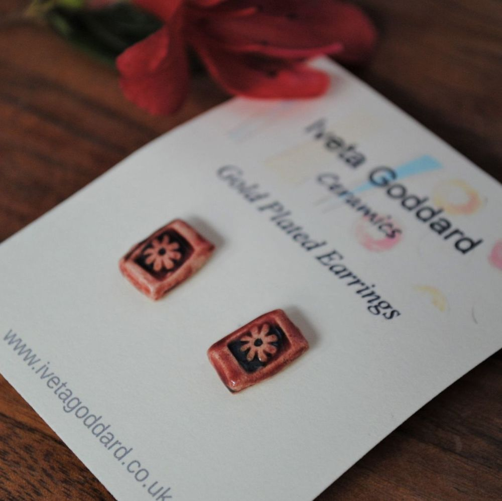 pair of stud earrings - dark red