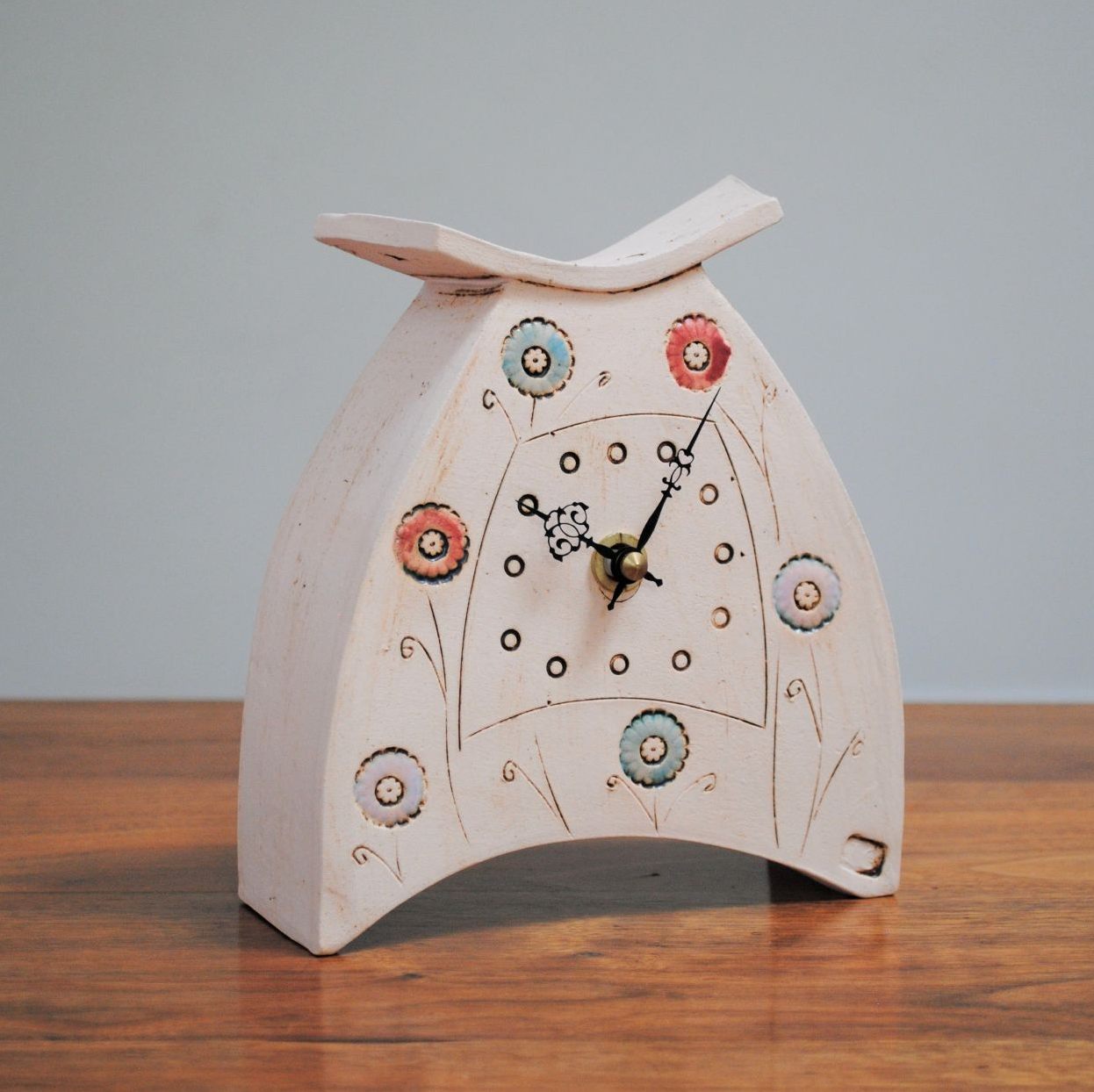 Ceramic small mantel clock with german quartz movement from a white clay and colourful design.