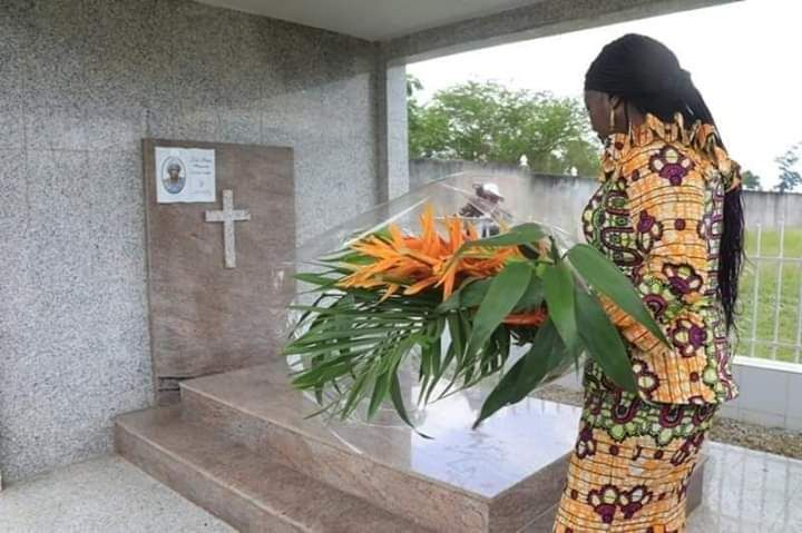Minister Camara laying a reef on Margueritte Gado's Tomb.