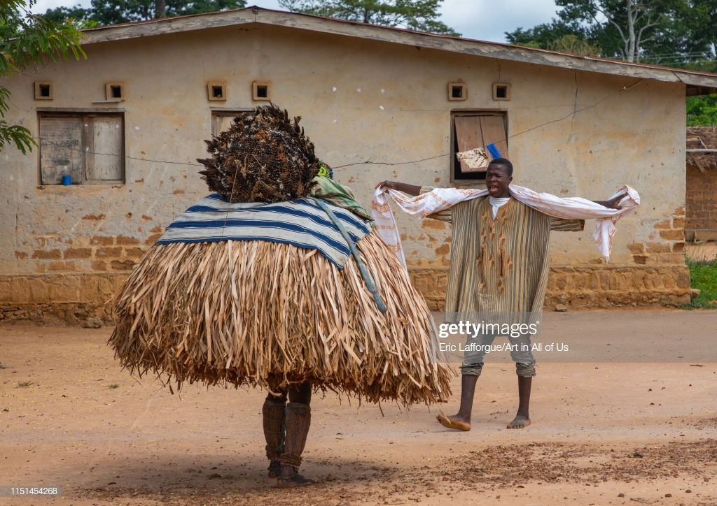 we-guere-sacred-mask-dance-during-a-ceremony-gumon-bangolo-ivory-on-picture