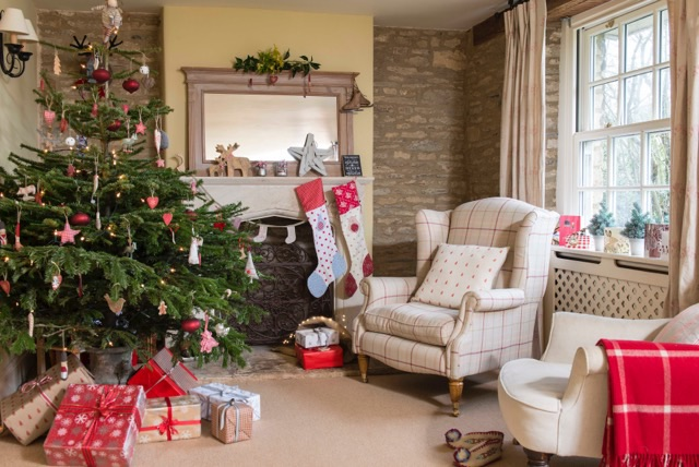 stockings hanging on fireplace,country homes christmas decoration