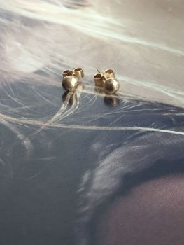 Exquisite Gold 'Ball' Stud Earrings.  Item DS003