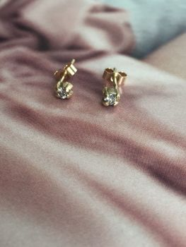 Gold And Diamond Claw Earrings.  Item DS023