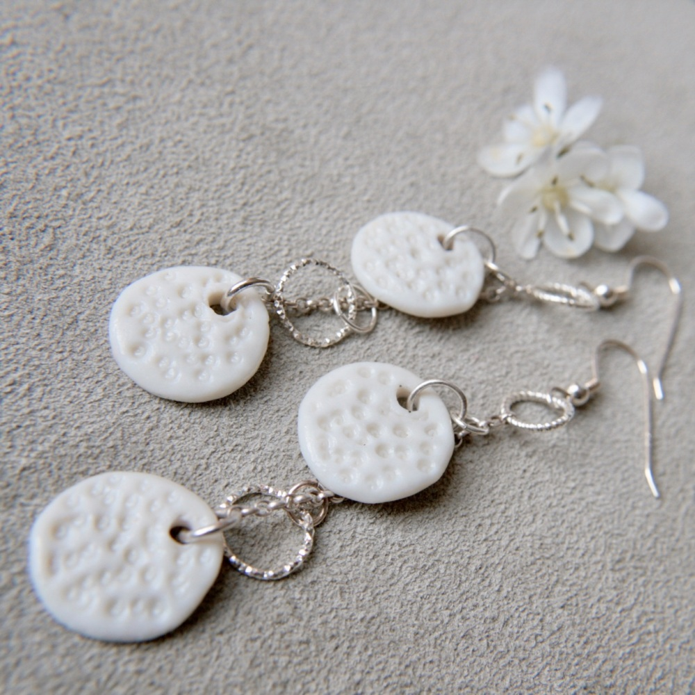 White discs dangle drop earrings