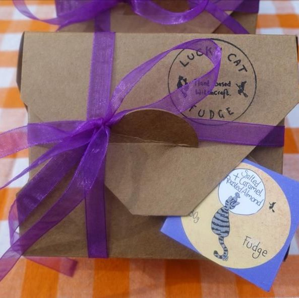 Fudge gift box 250g - Salted caramel & roasted almond - Lucky Cat Co.
