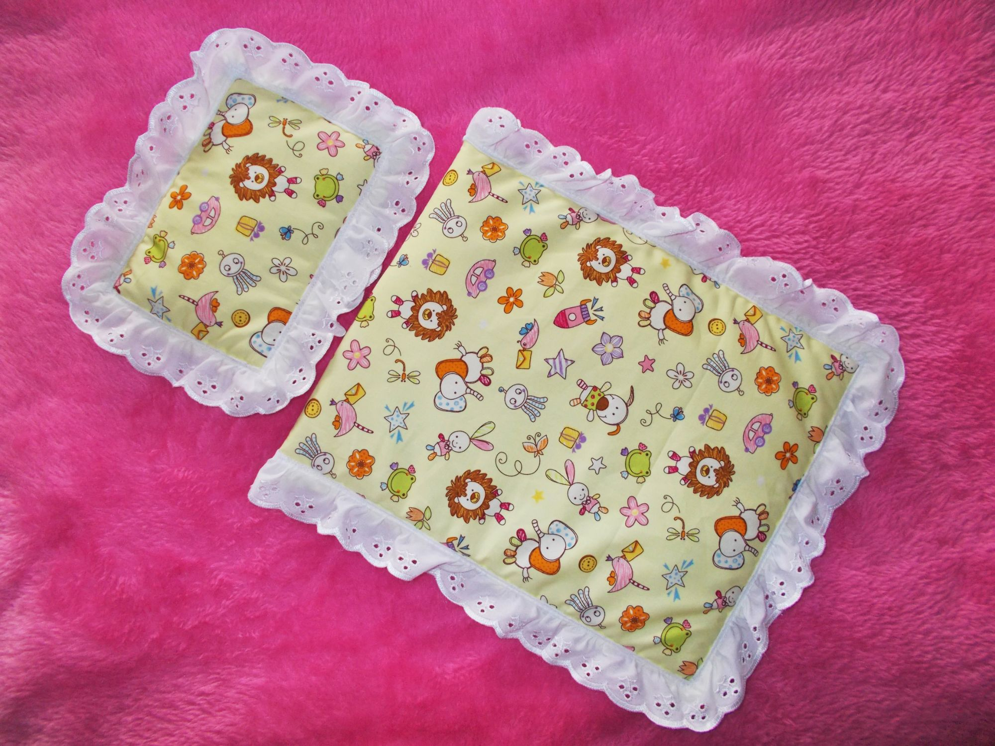 Yellow patterned quilt and pillow set
