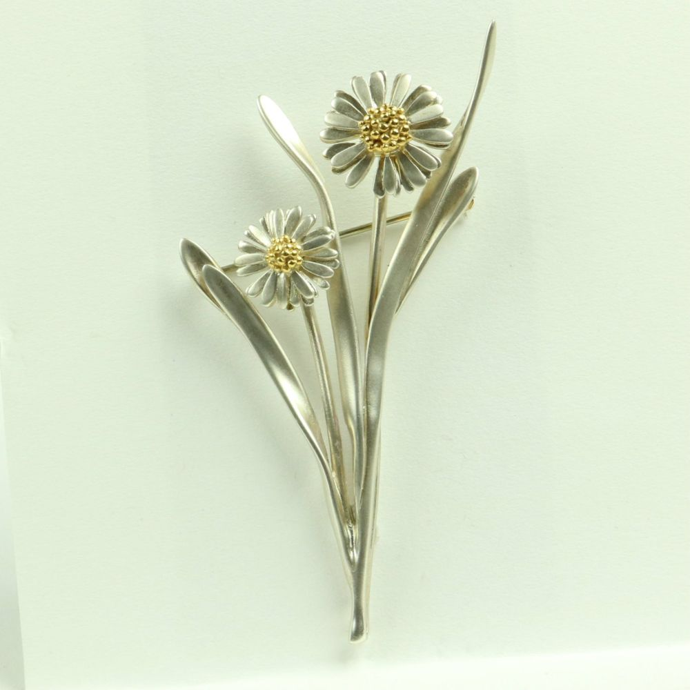 Daisy Brooch With Leaves And DaisiesD