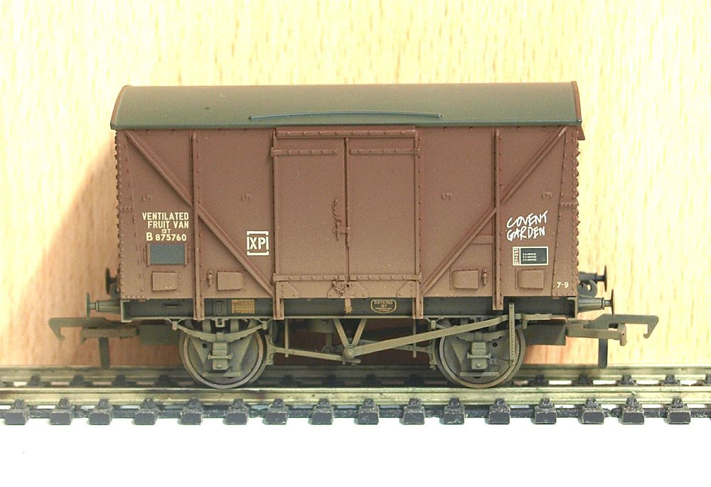 Bachmann 38-183    BR 12T Plywood Fruit Van (weathered) (late)