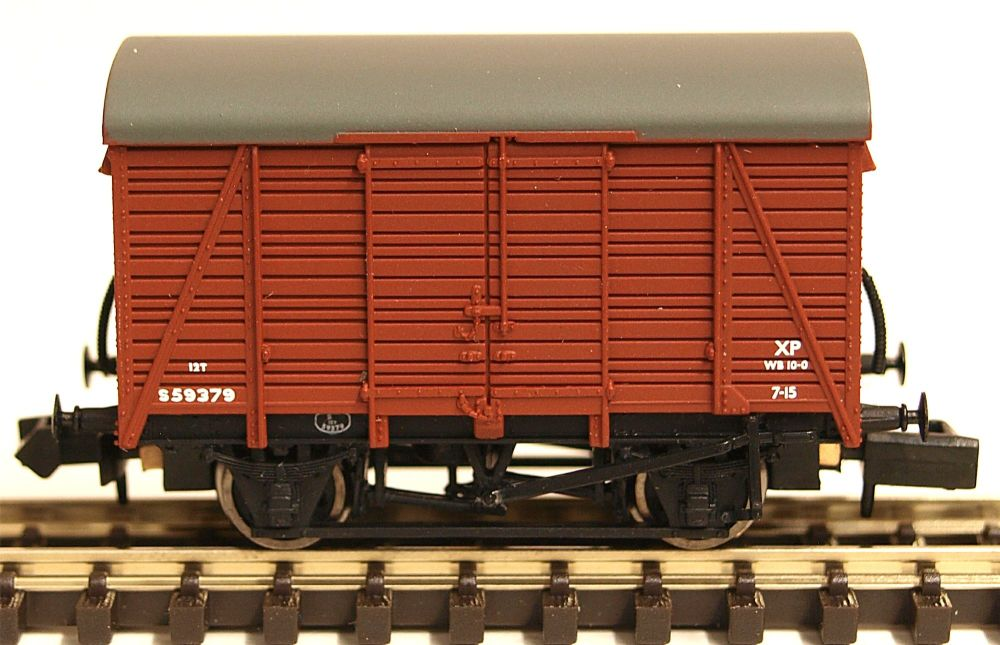 Graham Farish 377427   12 Ton Southern 2+2 Planked Ventilated Van BR Bauxit