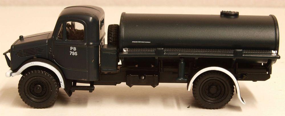 Oxford Diecast 76BD021  Bedford OWLC Tanker Petroleum Board