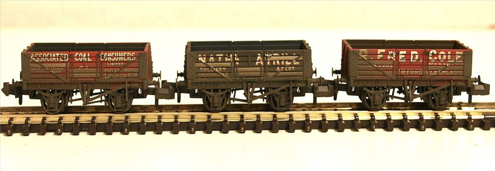 Graham Farish 377-065  Coal Trader' Pack Weathered 5 Plank Wagons