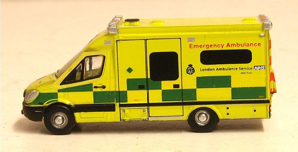 Oxford Diecast NMA002  Mercedes Ambulance London