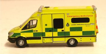 Oxford Diecast NMA002  Mercedes Ambulance London