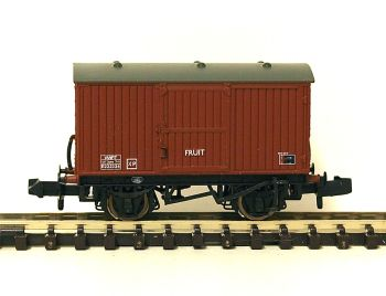 Graham Farish 377986 	12 Ton Eastern Ventilated Fruit Van BR Bauxite (Late)